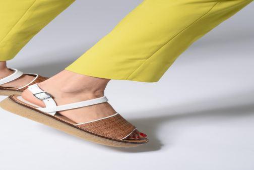 Sandales et nu-pieds Kickers VICTORIETTE Blanc vue bas / vue portée sac