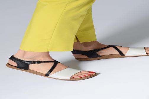 Sandalen Kickers ATOMICK schwarz ansicht von unten / tasche getragen