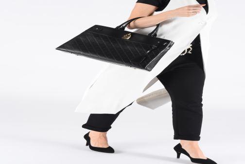 82963608ee333 Handtaschen Michael Michael Kors GRAMERCY LG SATCHEL schwarz ansicht von  unten   tasche getragen