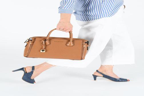 Handtaschen Michael Michael Kors MERCER BELTED MD SATCHEL braun ansicht von unten / tasche getragen