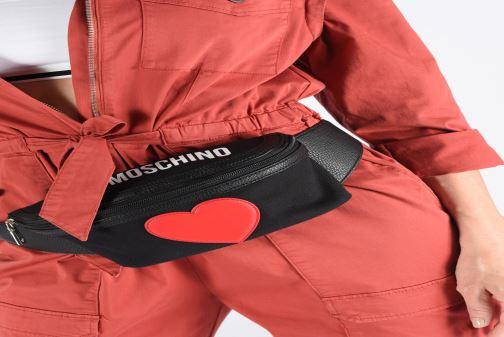 Petite Maroquinerie Love Moschino THE CANVAS HEARTS WAISTABG Noir vue bas / vue portée sac