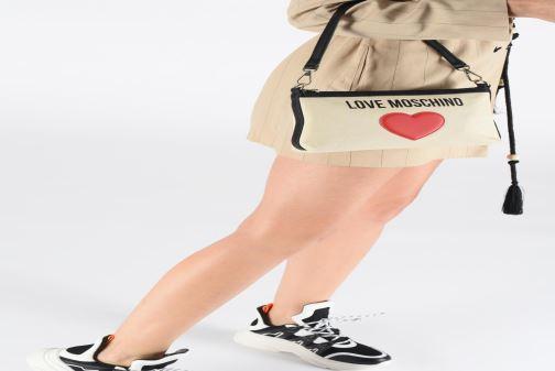 Handtaschen Love Moschino THE CANVAS HEARTS CLUTCH weiß ansicht von unten / tasche getragen