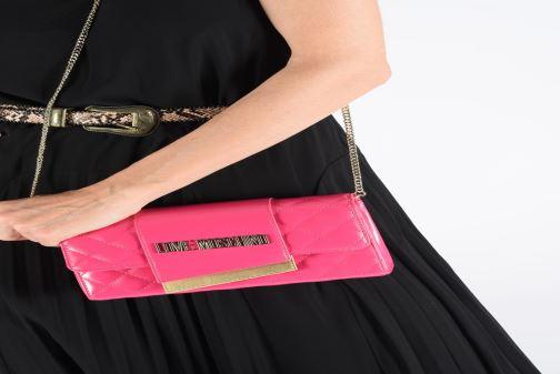 Handtaschen Love Moschino NEW SHINY QUILTED CROSSBODY rosa ansicht von unten / tasche getragen