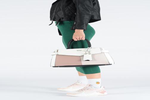 Handväskor Guess COLETTE GIRLFRIEND SATCHEL Rosa bild från under