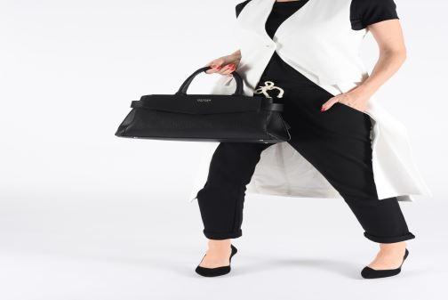 Handtaschen Guess COLETTE SATCHEL schwarz ansicht von unten / tasche getragen