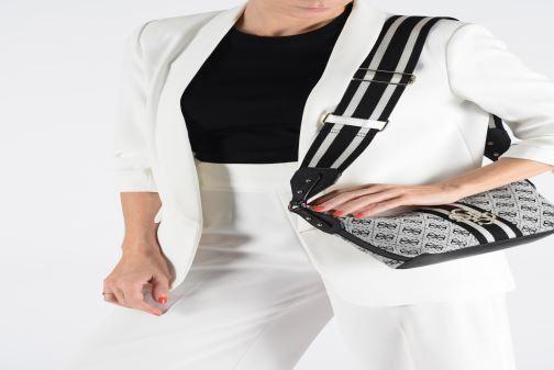 Handtaschen Guess GUESS VINTAGE SHOULDER BAG schwarz ansicht von unten / tasche getragen