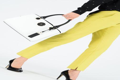 Handtaschen Guess LANDON DOME SATCHEL weiß ansicht von unten / tasche getragen