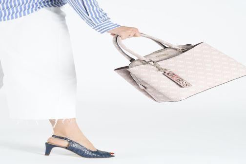 Handtaschen Guess MACI LARGE GIRLFRIEND SATCHEL rosa ansicht von unten / tasche getragen