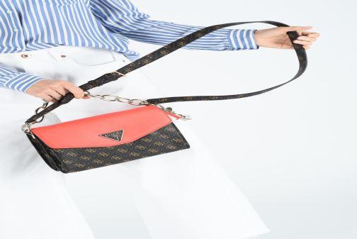 Handtaschen Guess MADDY CROSSBODY FLAP braun ansicht von unten / tasche getragen