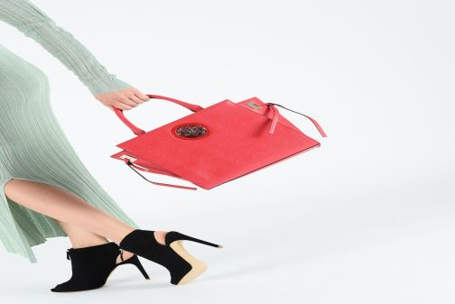 Handtaschen Guess OPEN ROAD SOCIETY SATCHEL rot ansicht von unten / tasche getragen