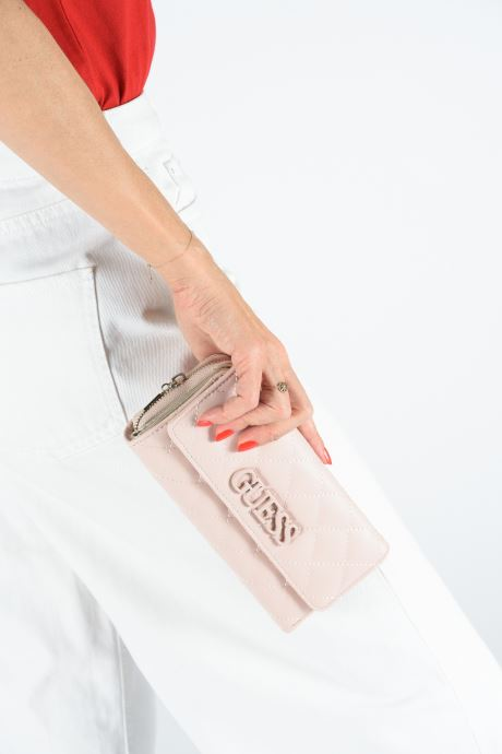 Petite Maroquinerie Guess ELLIANA LARGE CLUTH ORGANIZER Rose vue bas / vue portée sac