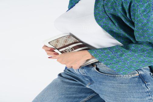 Portemonnaies & Clutches Guess GUESS VINTAGE FILE CLUTCH beige ansicht von unten / tasche getragen