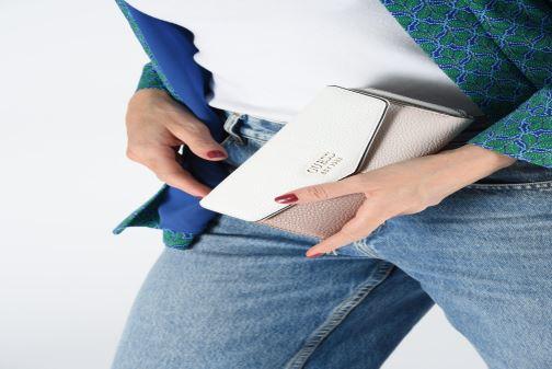 Portemonnaies & Clutches Guess COLETTE LARGE CLUTH ORGANIZER weiß ansicht von unten / tasche getragen