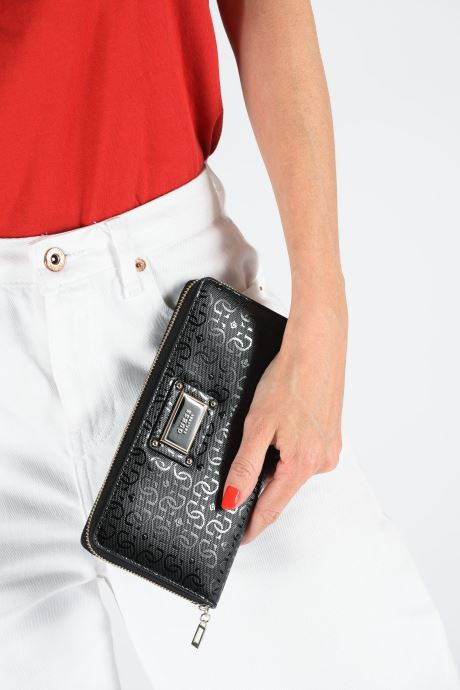 Portemonnaies & Clutches Guess SHANNON CHEQUE ORGANIZER schwarz ansicht von unten / tasche getragen
