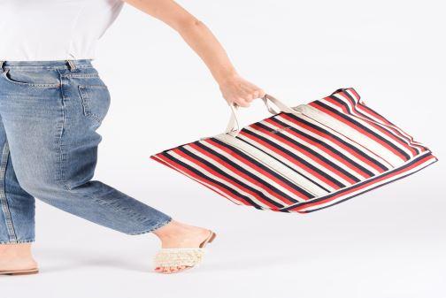 Handtaschen Bensimon TOTE RAYURES TRANSAT rot ansicht von unten / tasche getragen