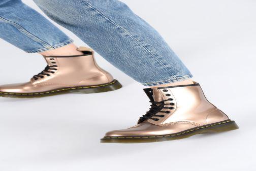 Stiefeletten & Boots Dr. Martens 1460 VEGAN W rosa ansicht von unten / tasche getragen