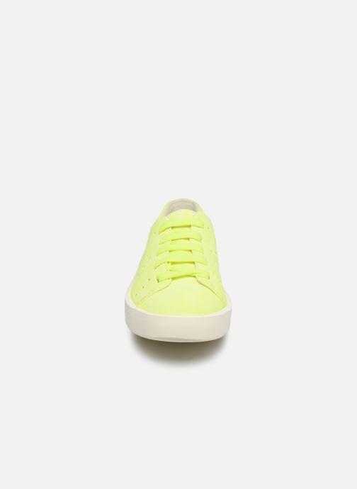 Sneakers Camper Courb W Giallo modello indossato