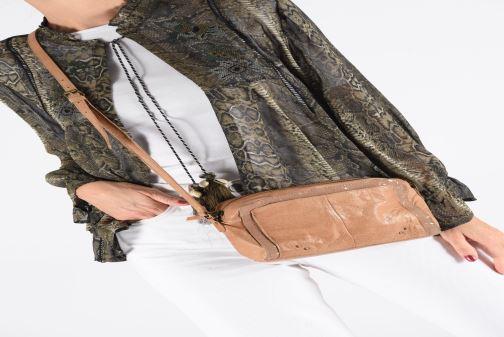 Handtaschen Pieces BETHANY LEATHER CROSSBODY rot ansicht von unten / tasche getragen