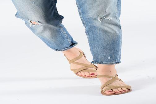 Sandales et nu-pieds Les P'tites Bombes ROMANE Beige vue bas / vue portée sac