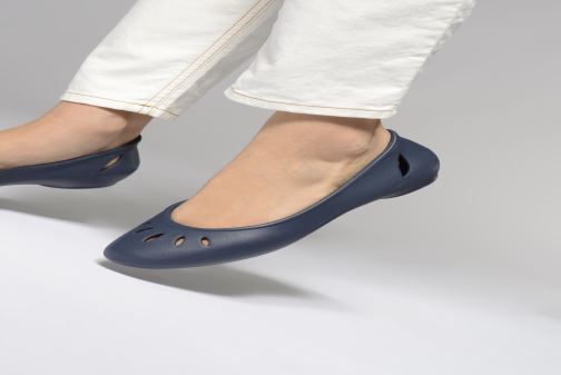 Ballet pumps Crocs Kelli Flat W Grey view from underneath / model view