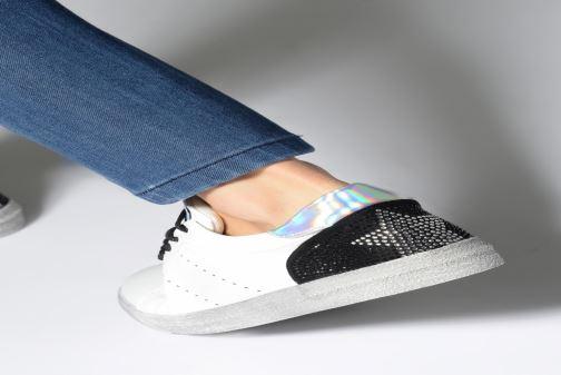 Sneaker Les P'tites Bombes DAISY weiß ansicht von unten / tasche getragen