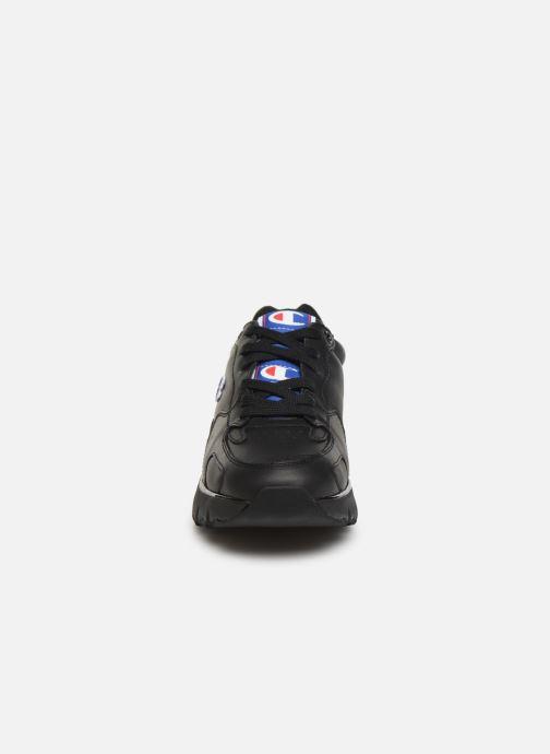 Sneakers Champion Low Cut Shoe CWA-1 Leather Nero modello indossato