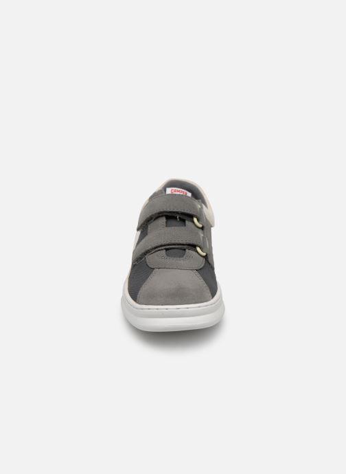 Sneakers Camper Run 800139 Grigio modello indossato