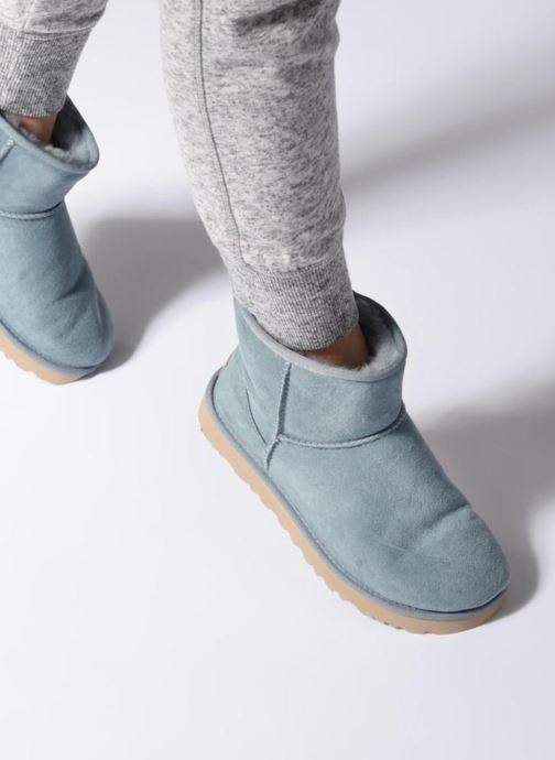Bottines et boots UGG Classic Mini II Bleu vue bas / vue portée sac