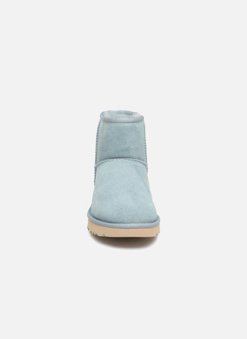 Bottines et boots UGG Classic Mini II Bleu vue portées chaussures