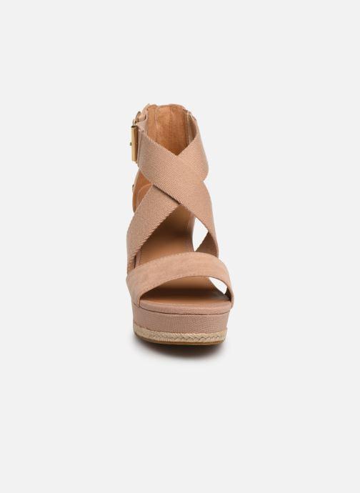 Sandali e scarpe aperte UGG Calla Rosa modello indossato