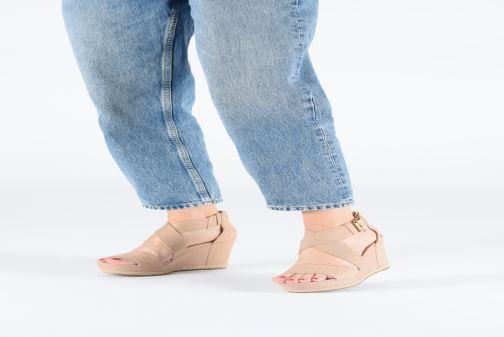 Sandales et nu-pieds UGG Calla Noir vue bas / vue portée sac
