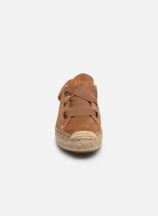 Sneakers UGG Brianna Marrone modello indossato
