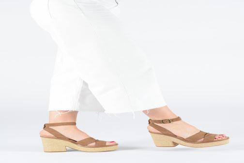 Sandalen UGG Carine braun ansicht von unten / tasche getragen