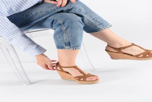 Sandalen UGG Melissa schwarz ansicht von unten / tasche getragen