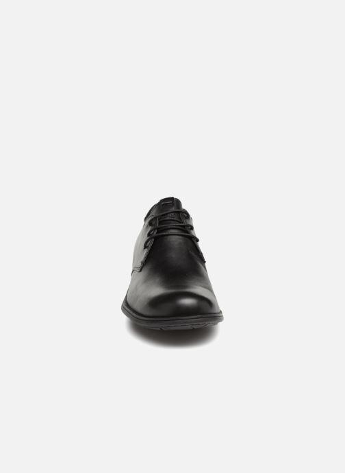 Scarpe con lacci Camper 1913 18552 Nero modello indossato