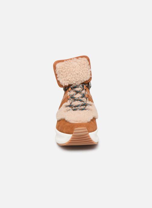 Sneakers See by Chloé Casey Brun se skoene på