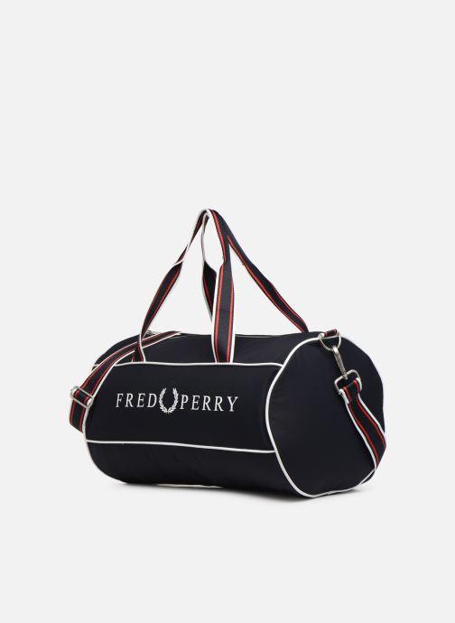 Sacs de sport Fred Perry Retro Branded Barrel Bag Bleu vue portées chaussures