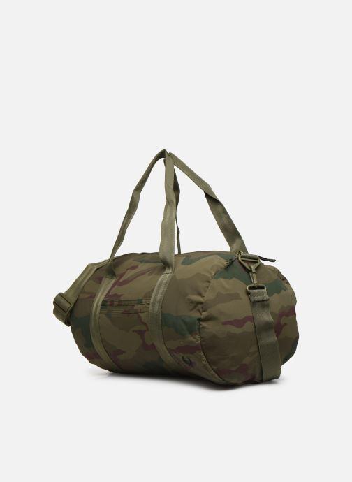 Sacs de sport Fred Perry Camouflage Barrel Bag Vert vue portées chaussures