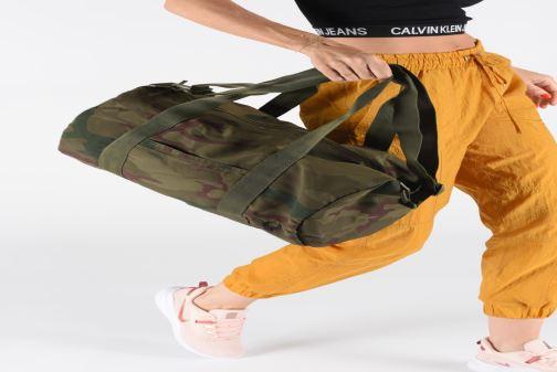 Sacs de sport Fred Perry Camouflage Barrel Bag Vert vue bas / vue portée sac
