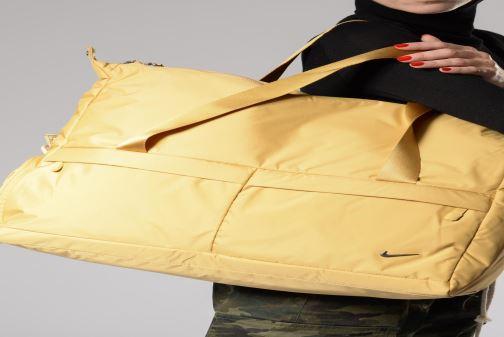 Sacs de sport Nike Women's Nike Legend Club Training Bag Or et bronze vue bas / vue portée sac