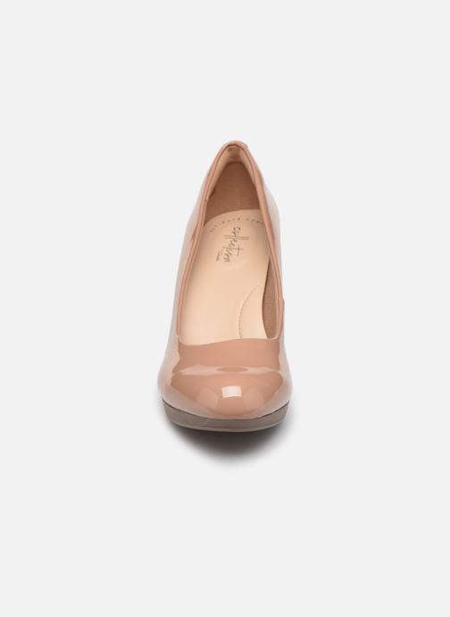 Zapatos de tacón Clarks Adriel Viola Beige vista del modelo