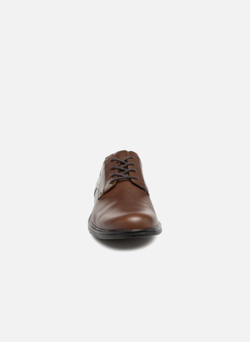 Chaussures à lacets Clarks Unstructured UnAldricTieGTX Marron vue portées chaussures