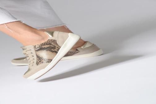 Sneaker Damart Arlette beige ansicht von unten / tasche getragen
