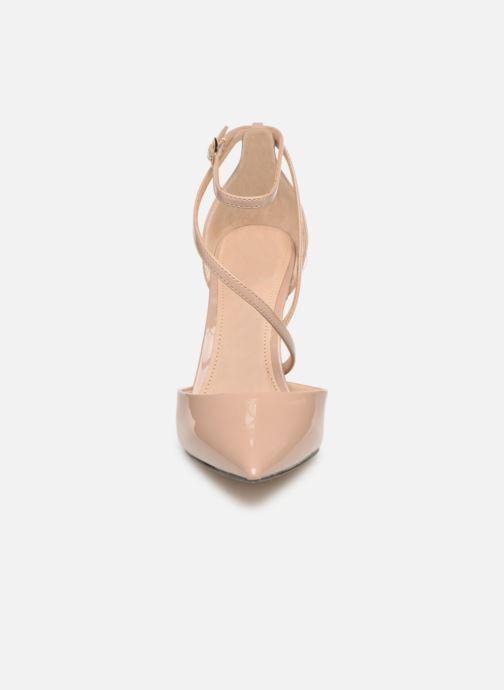 Zapatos de tacón Guess BRITEA Beige vista del modelo