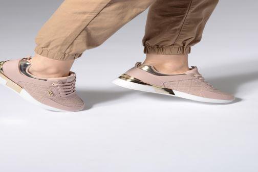 Sneaker Guess MARLYN beige ansicht von unten / tasche getragen