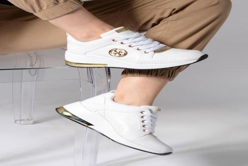 Sneaker Guess JARYD2 weiß ansicht von unten / tasche getragen