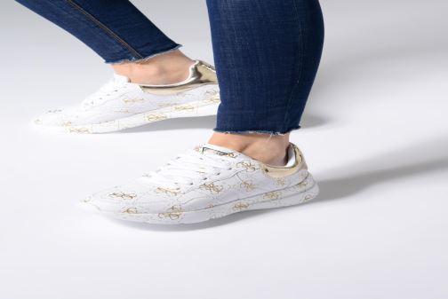 Sneaker Guess MAYLA weiß ansicht von unten / tasche getragen