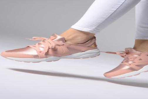 Sneaker Guess SEMI rosa ansicht von unten / tasche getragen