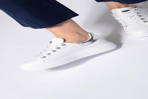 Sneaker Guess BUCKY weiß ansicht von unten / tasche getragen