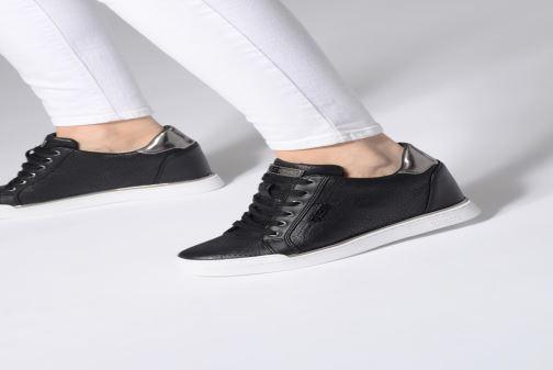 Sneaker Guess FLOWURS schwarz ansicht von unten / tasche getragen